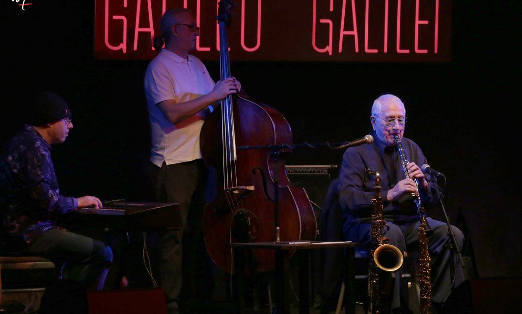 El maestro Pedro Iturralde ejerce su magisterio en la sala Galileo de Madrid.